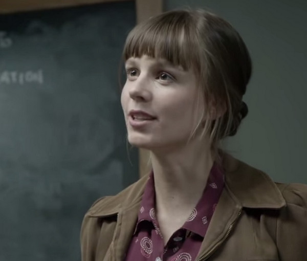 Manhattan: Rachel Brosnahan in una scena dell'episodio Tangier