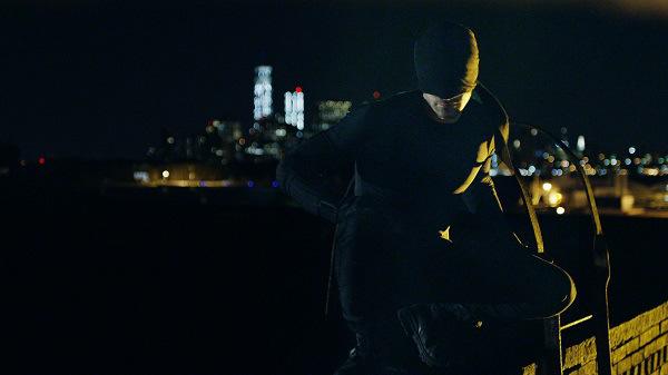 Daredevi: Charlie Cox indossa il costume dell'eroe di Hell's Kitchen in una delle prime immagini della serie