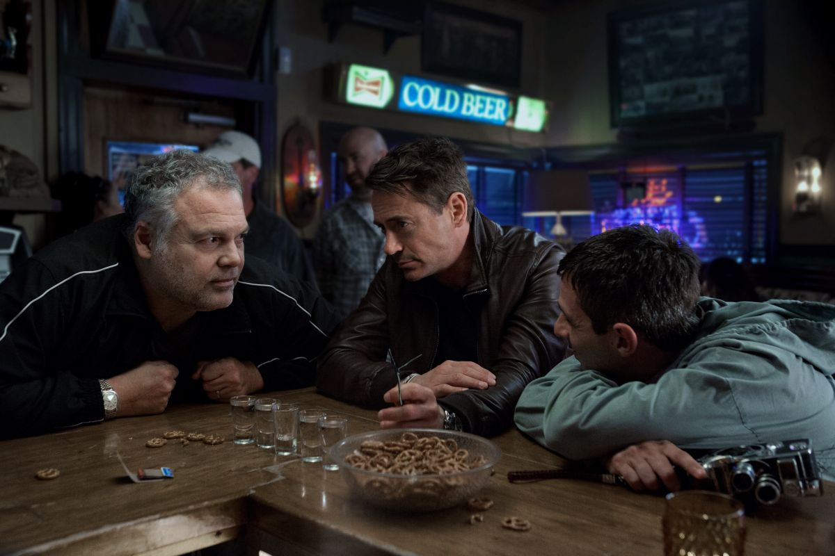 The Judge: Robert Downey Jr. in una scena del film con Vincent D'Onofrio e Jeremy Strong