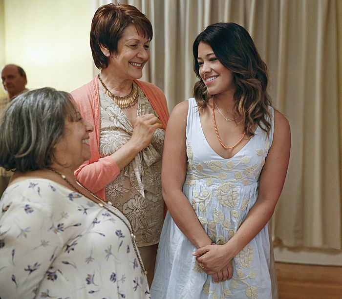 Jane The Virgin: Ivonne Coll e Gina Rodriguez in Chapter One