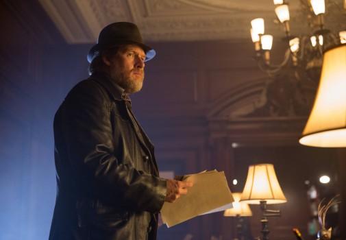 Gotham: l'attore Donal Logue in una scena di Arkham