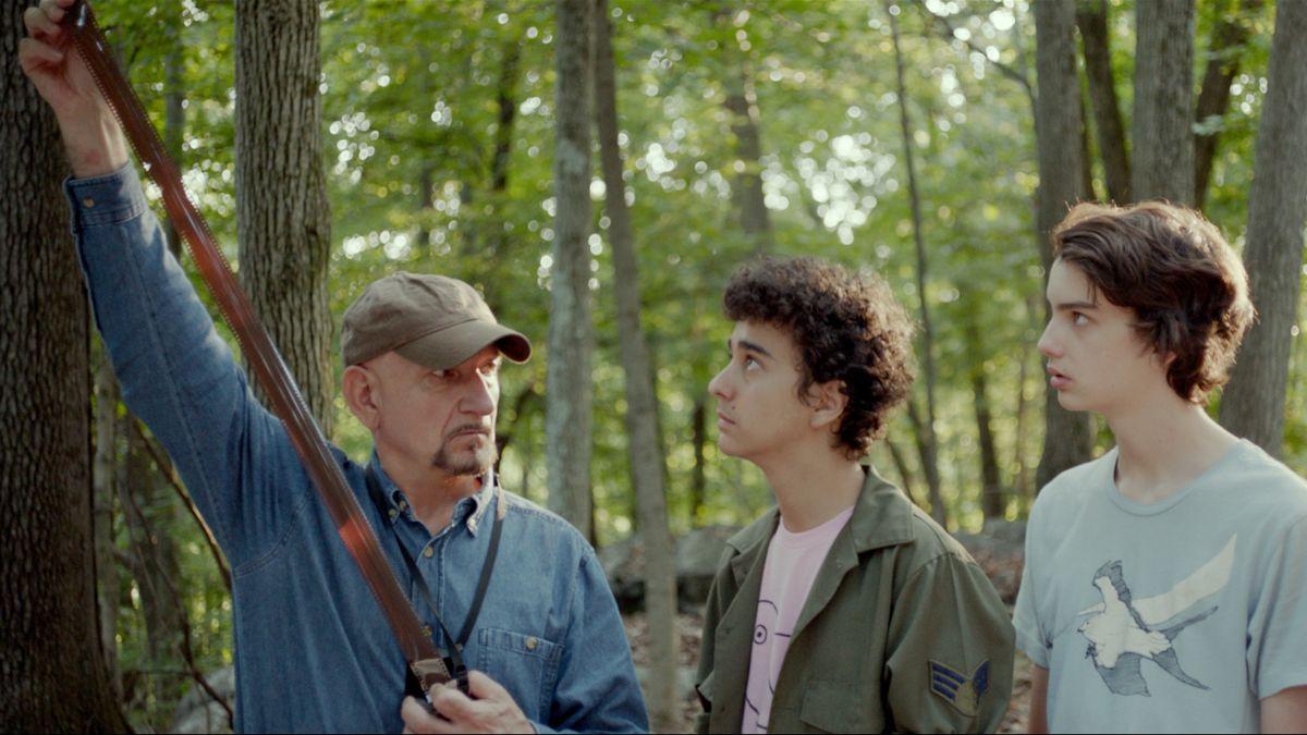 Guida tascabile per la felicità: Kodi Smit-McPhee con Ben Kingsley e Alex Wolff in una scena del film