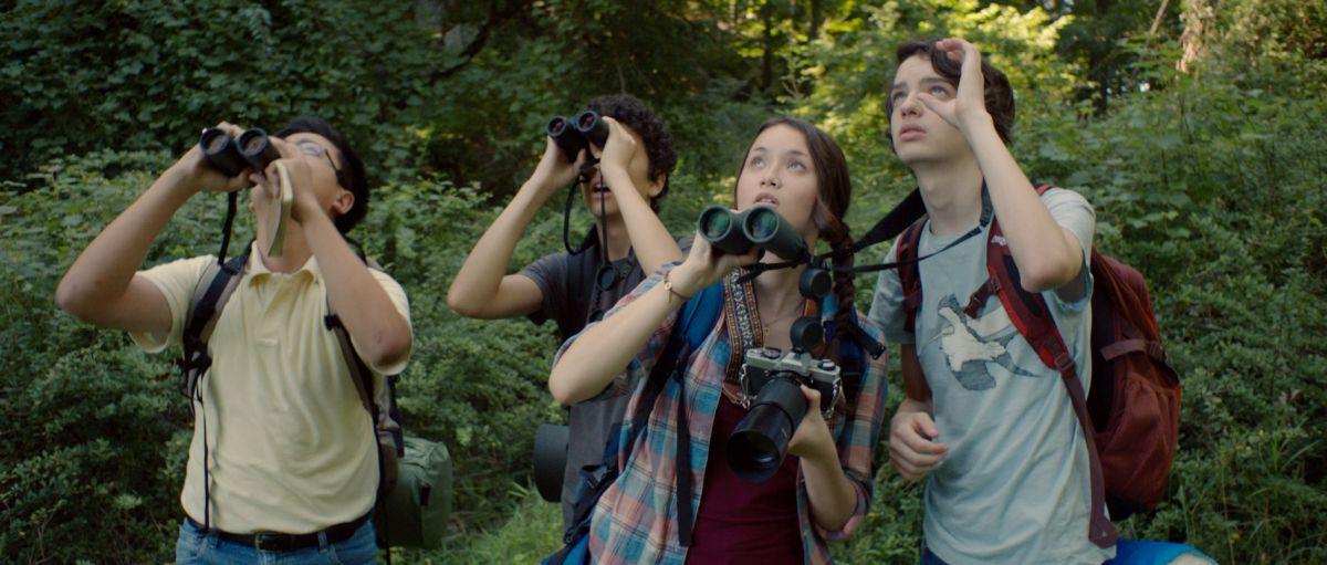 Guida tascabile per la felicità: Kodi Smit-McPhe fa birdwatching insieme a Katie Chang, Alex Wolff e Michael Chen
