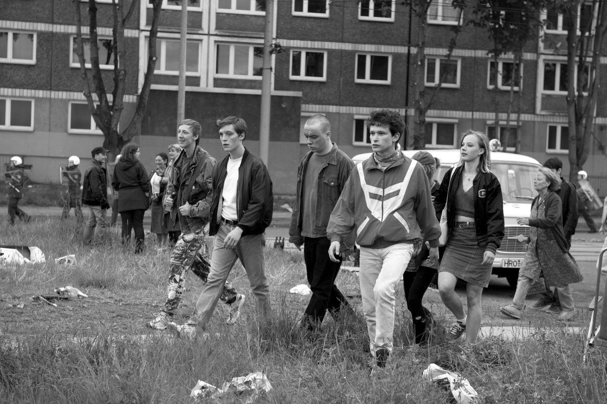 We are young. We are strong.: una scena di gruppo tratta dal film