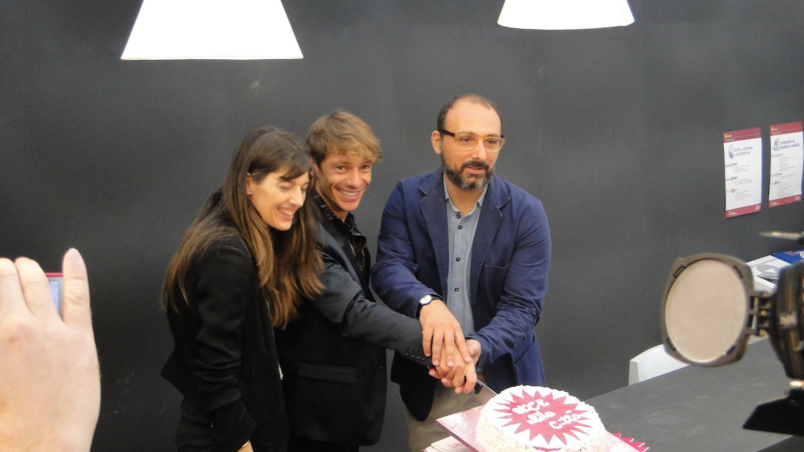 Roma 2014: Giorgio Pasotti taglia la torta all'inaugurazione di Alice nella città