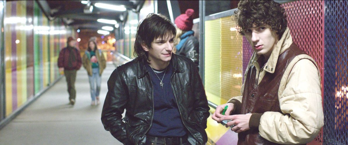 Eden: Vincent Lacoste (sulla destra) in una scena del film