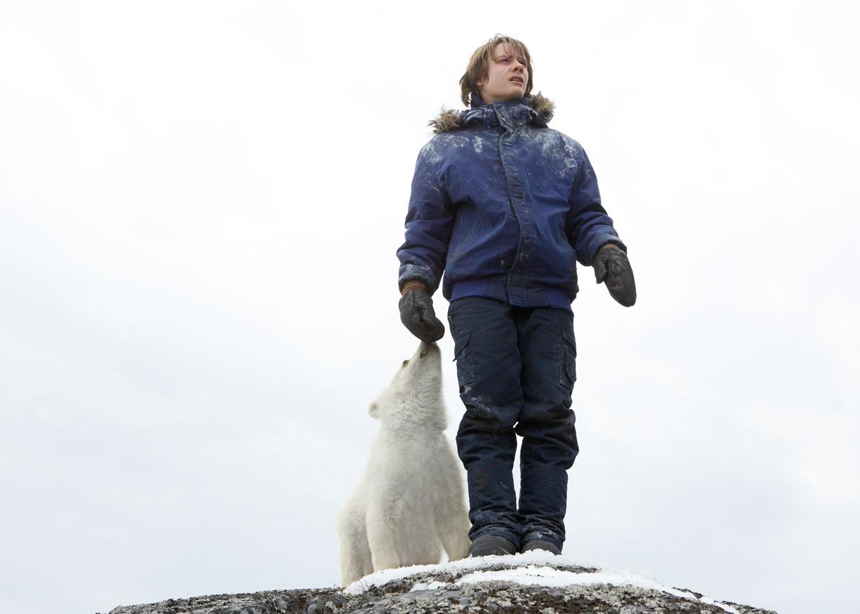 Il mio amico Nanuk: Dakota Goyocon l'amico orso in una scena