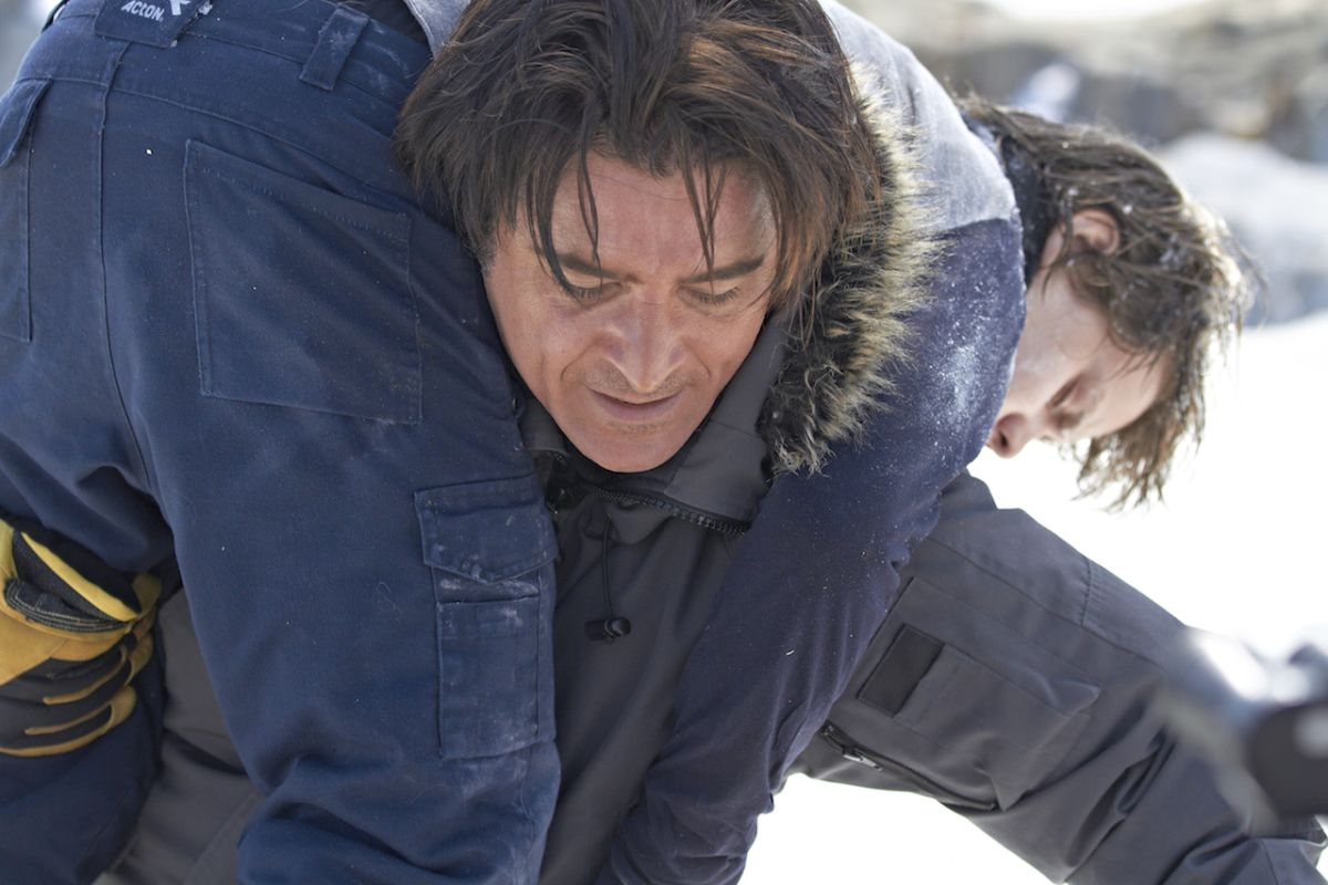 Il mio amico Nanuk: Dakota Goyo in una scena del film viene salvato da Goran Visnjic