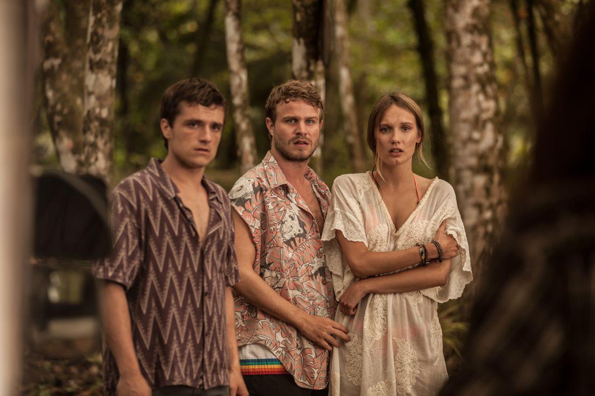 Escobar: Paradise Lost, Josh Hutcherson con Ana Girardot e Brady Corbet in un'immagine del film