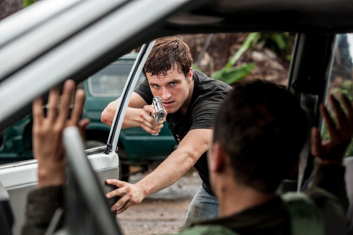 Escobar: Paradise Lost, Josh Hutcherson in azione in una scena del film