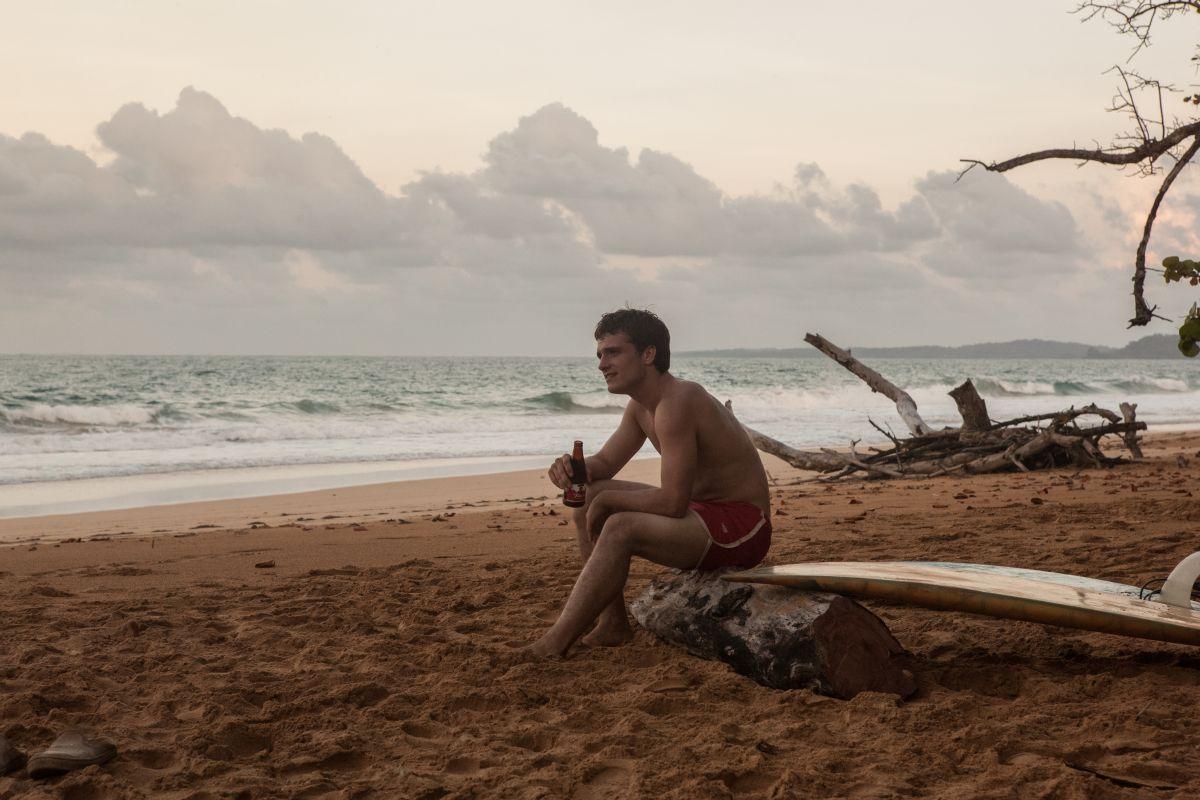 Escobar: Paradise Lost, Josh Hutcherson nei panni del surfista Nick in una scena