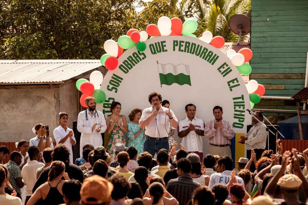Escobar: Paradise Lost, Benicio Del Toro in una scena del film nei panni di un pericoloso trafficante di droga