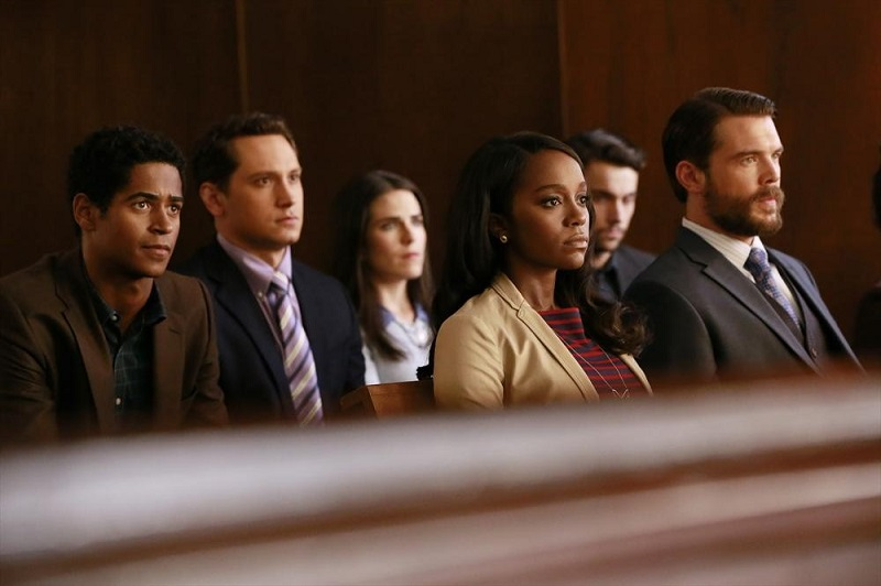 How To Get Away With Murder: i giovani protagonisti della serie in una scena di Let's Get To Scooping