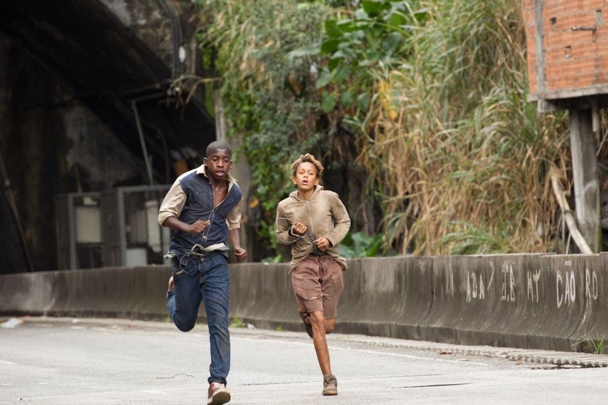 Trash: Rickson Tevez corre con Eduardo Luis in una scena del film