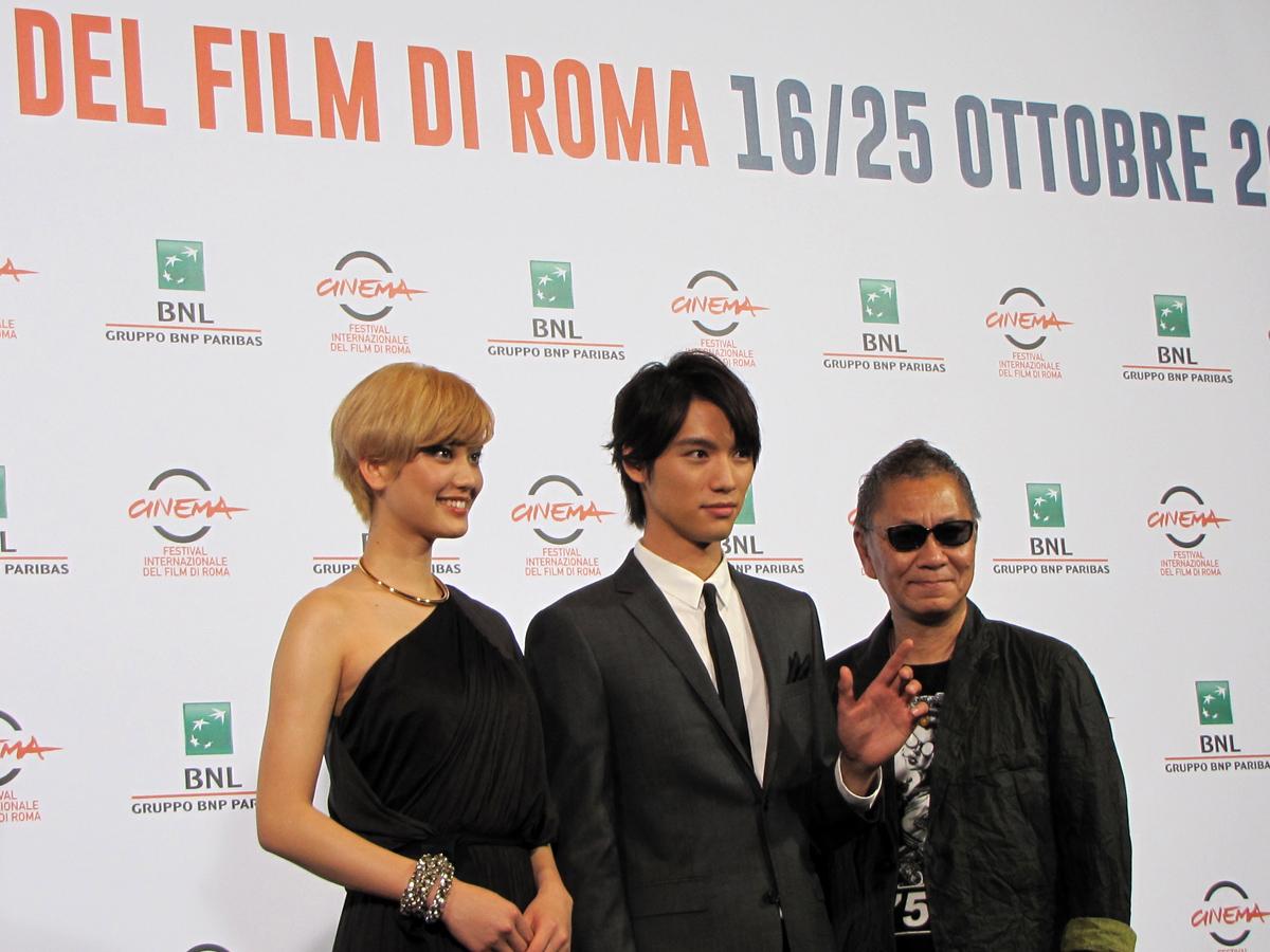 Takashi Miike con gli interpreti del suo As the Gods Will al Festival di Roma 2014