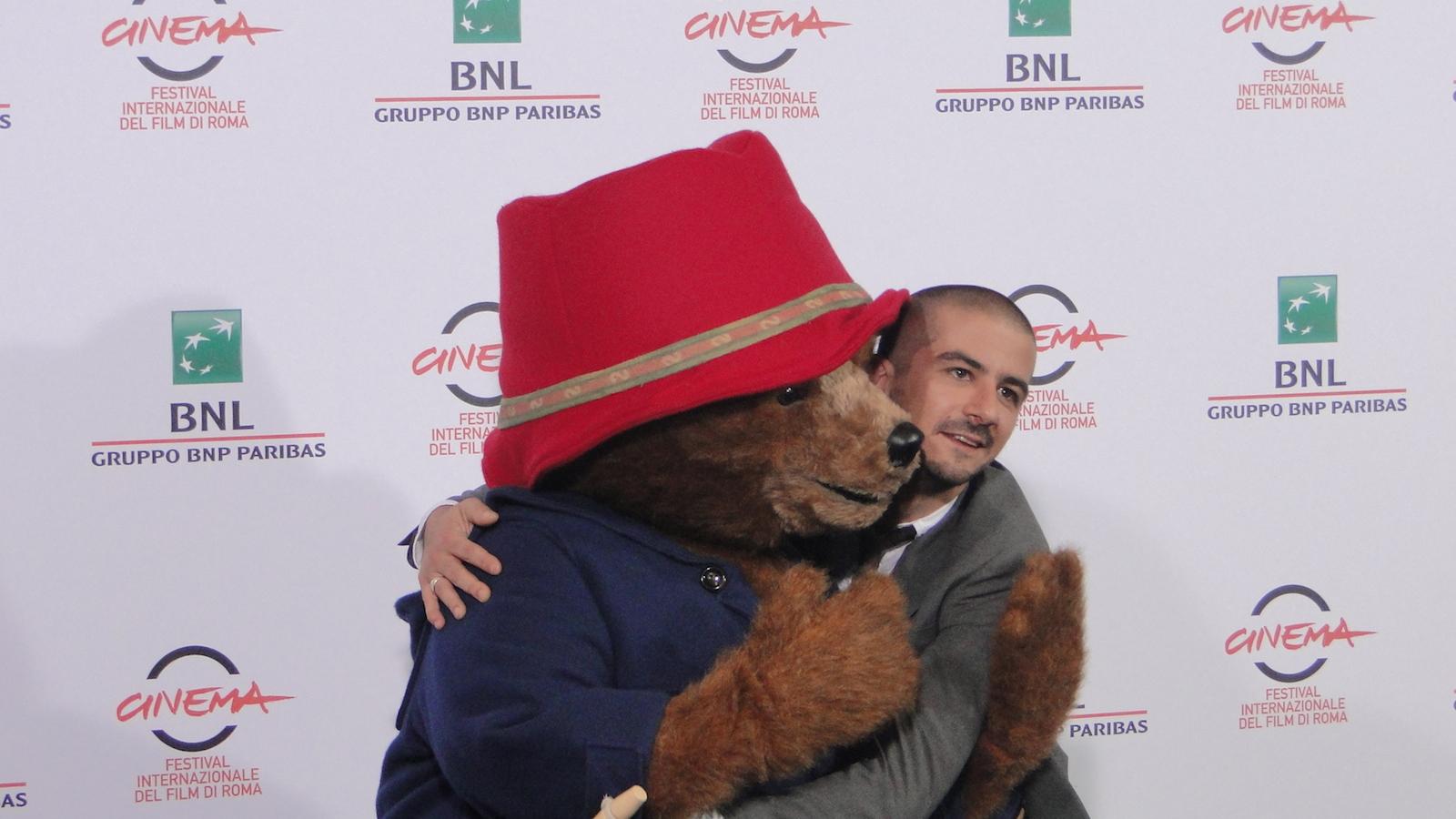 Paddington: Francesco Mandelli abbraccia l'orso al photocall di Roma 2014