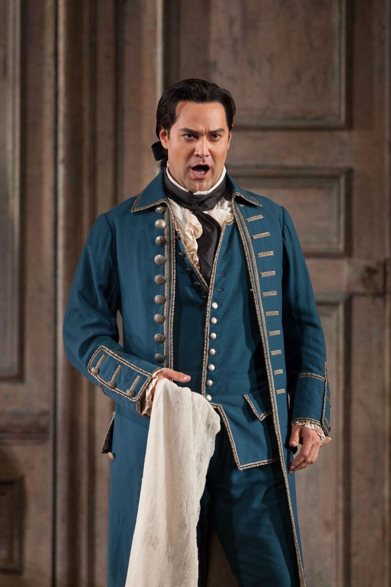 Le nozze di Figaro: Ildar Abdrazakovsul palco del Metropolitan Opera di New York nei panni di Figaro