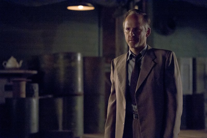 Manhattan: John Benjamin Hickey nell'episodio The Gun Model