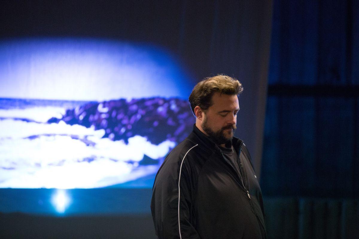 Tusk: Kevin Smith, regista del film, pensieroso sul set