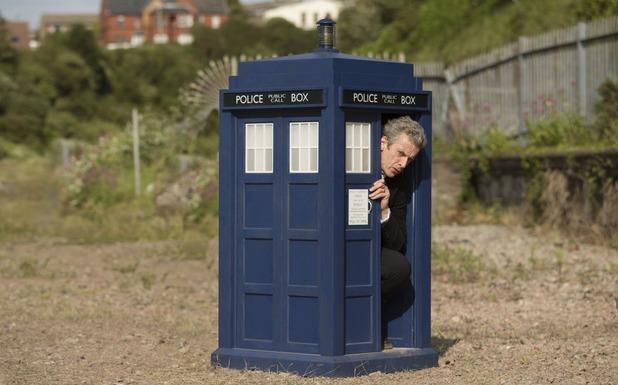 Doctor Who: l'attore Peter Capaldi in una scena di Flatline