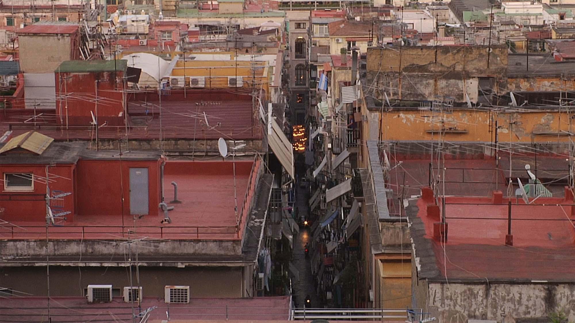 Largo Baracche: i tetti dei Quartieri Spagnoli in una scena del documentario