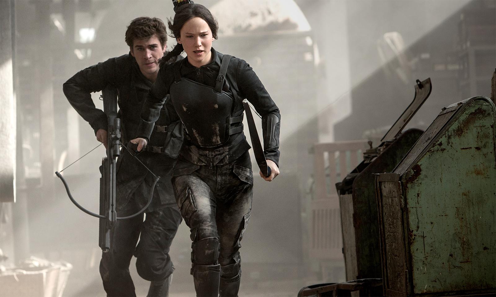 Hunger Games: Il canto della rivolta - Parte I, Jennifer Lawrence con Liam Hemsworth in una scena