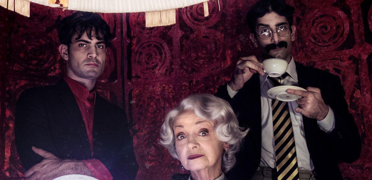Vittima degli eventi: Valerio Di Benedetto con Milena Vukotic e Luca Vecchi in una foto promozionale