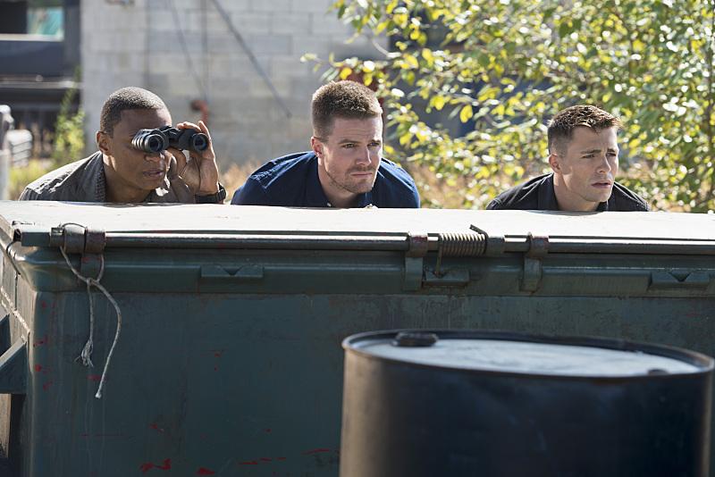 Arrow: David Ramsey, Stephen Amell e Colton Haynes in una scena di Corto Maltese
