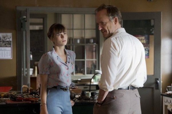 Manhattan: John Benjamin Hickey e Katja Herbers in una scena dell'episodio Perestroika