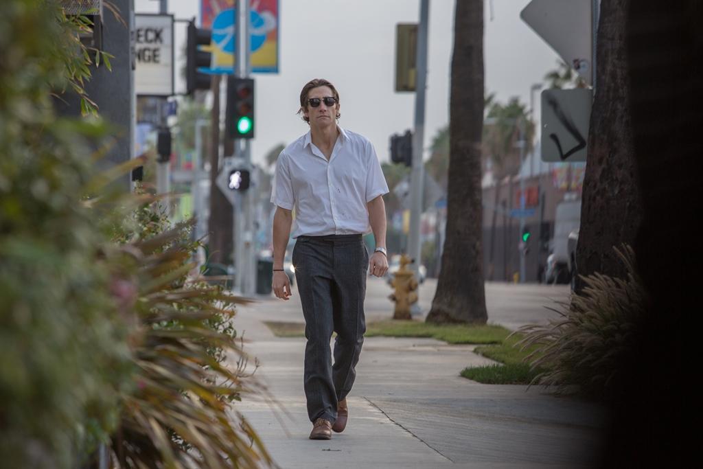 Lo Sciacallo - Nightcrawler: Jake Gyllenhaal cammina per le strade di Los Angeles in una scena