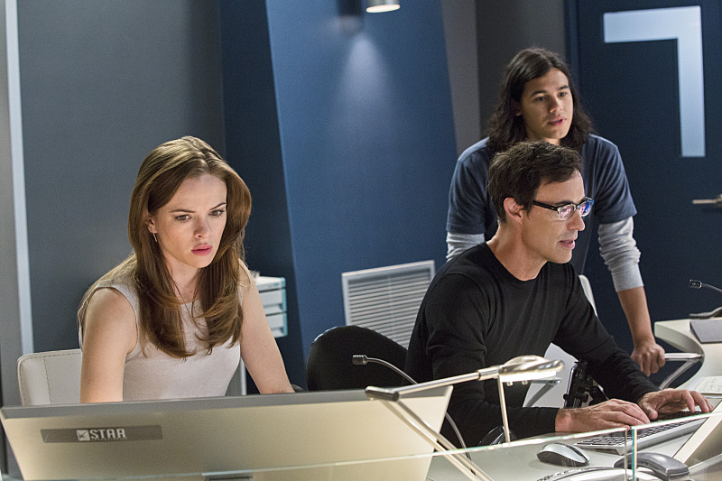 The Flash: Danielle Panabaker, Tom Cavanagh e Carlos Valdes nella puntata The Things You Can't Outrun