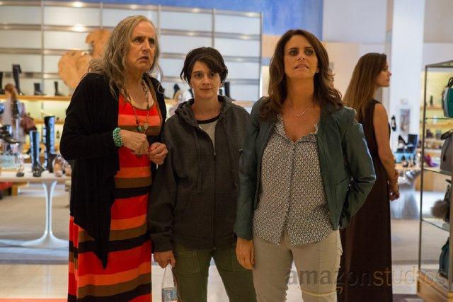 Transparent: Jeffrey Tambor, Amy Landecker e Gaby Hoffman in una scena della prima stagione