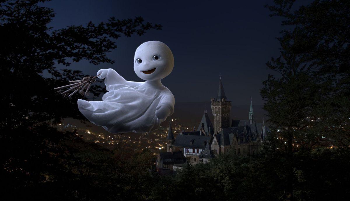 Un fantasma per amico: il fantasmino con le chiavi del castello stregato in una scena del film