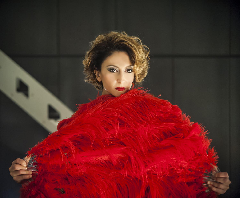 Confusi e felici: Paola Minaccioni femme fatale in una foto promozionale