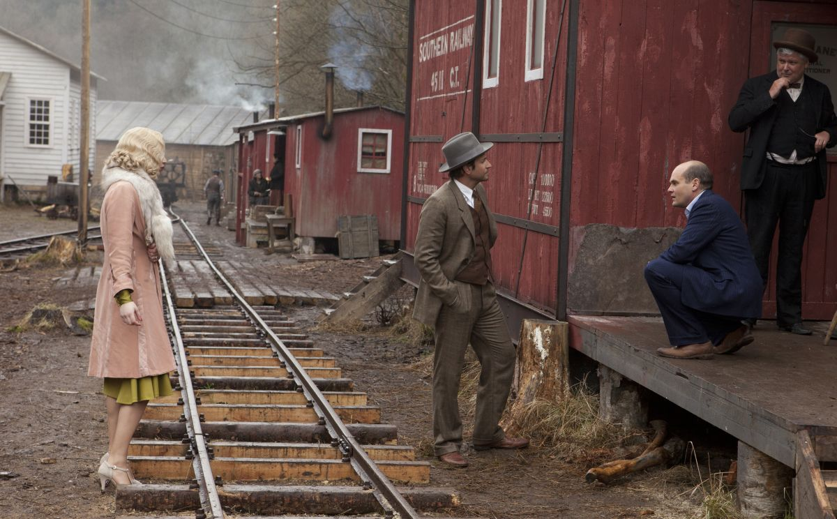 Una folle passione: Jennifer Lawrence in una scena del film con Bradley Cooper e David Dencik