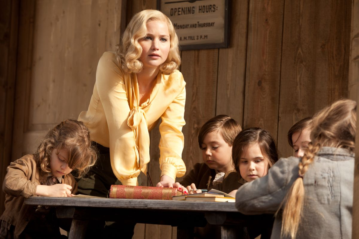 Una folle passione: Jennifer Lawrence circondata da bambini in una scena del film