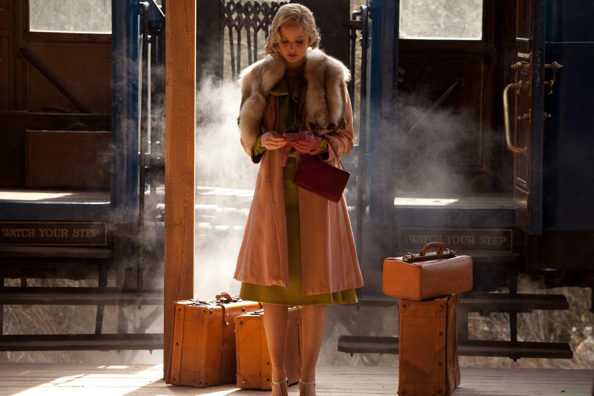 Una folle passione: Jennifer Lawrence alla stazione dei treni in una scena del film