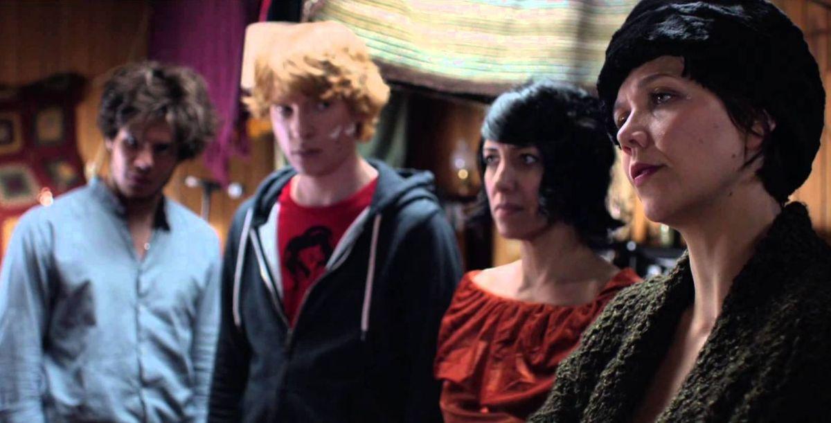 Frank: Maggie Gyllenhaal con Domhnall Gleeson, Carla Azar e François Civil in una scena