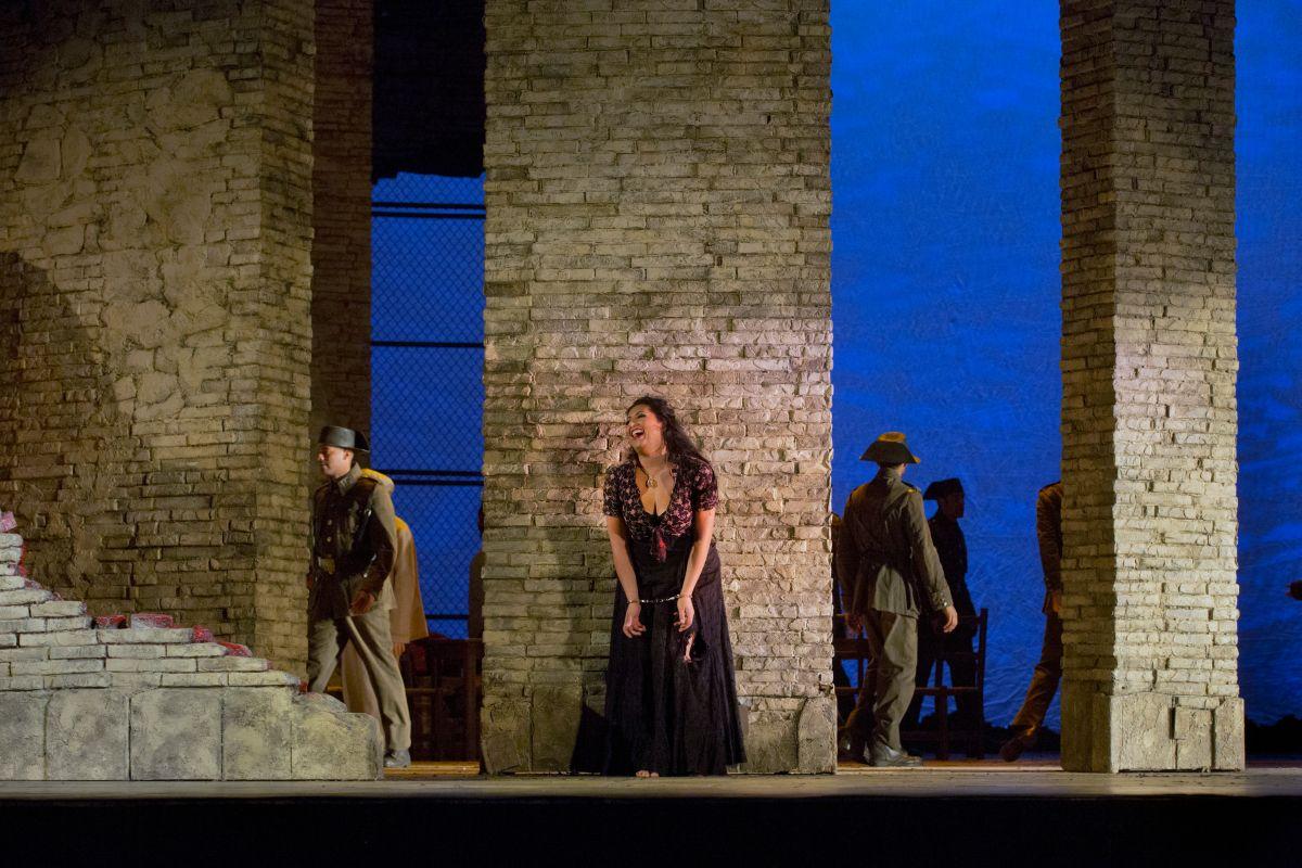 Carmen: Anita Rachvelishvili in una scena dello spettacolo live HD dal Metropolitan Opera di New York