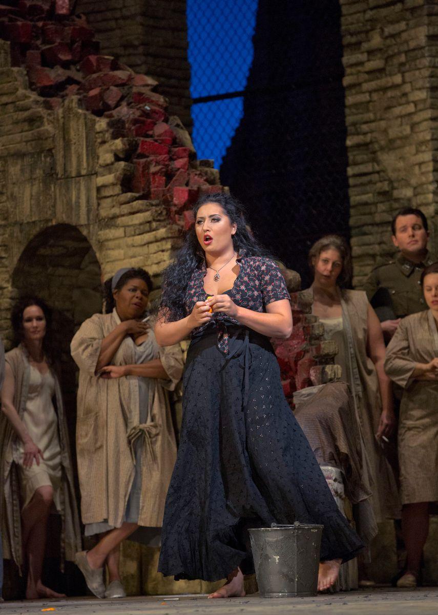 Carmen: Anita Rachvelishvili è Carmen in una scena dello spettacolo teatrale del Metropolitan Opera di New York