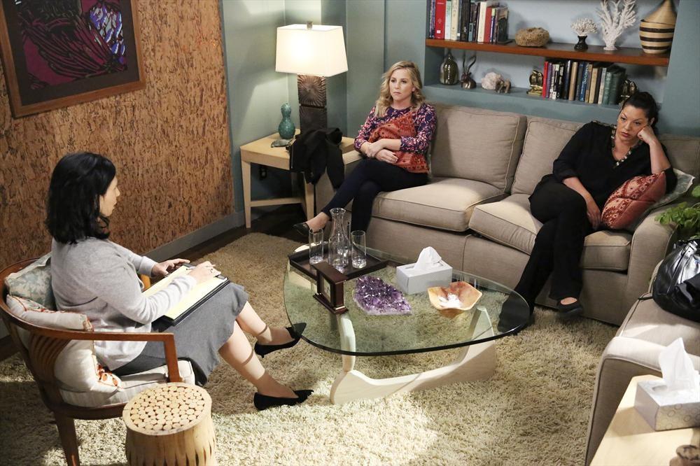 Grey's Anatomy: Jessica Capshaw e Sara Ramirez in una scena di Bend or Break