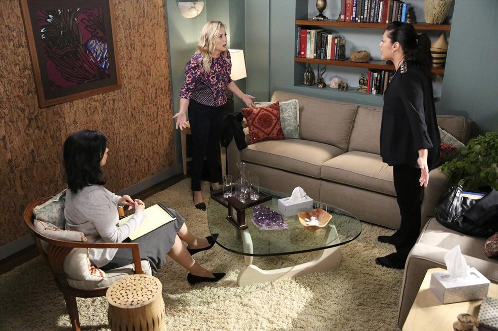 Grey's Anatomy: le attrici Jessica Capshaw e Sara Ramirez nell'episodio Bend or Break