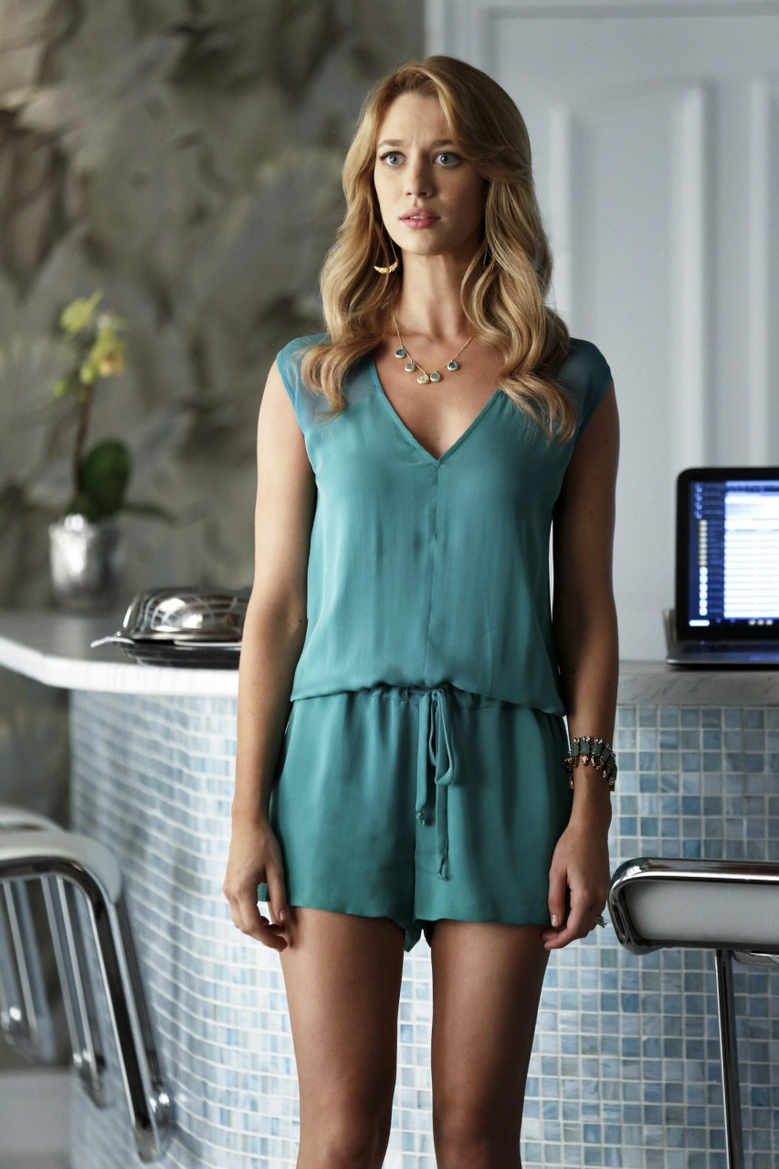 Jane The Virgin: l'attrice Yael Groblas in una scena di Chapter Two