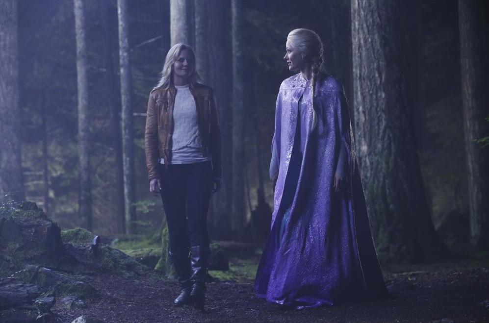 C'era una volta: le attrici Jennifer Morrison e Georgina Haig in una sequenza dell'episodio Breaking Glass