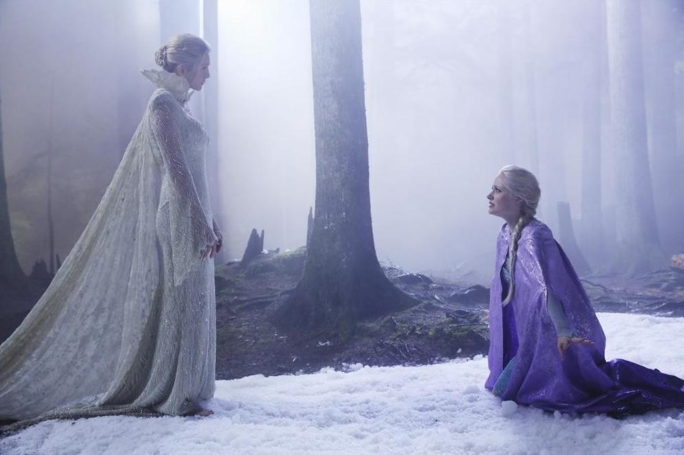 C'era una volta: Elizabeth Mitchell e Georgina Haig in una scena di Breaking Glass