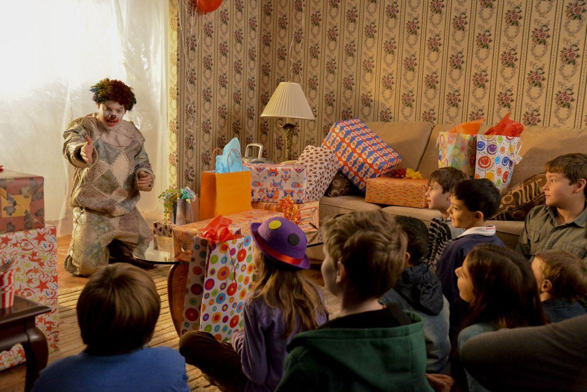 Clown: Andy Powers rallegra una festa di compleanno nei panni del pagliaccio maledetto