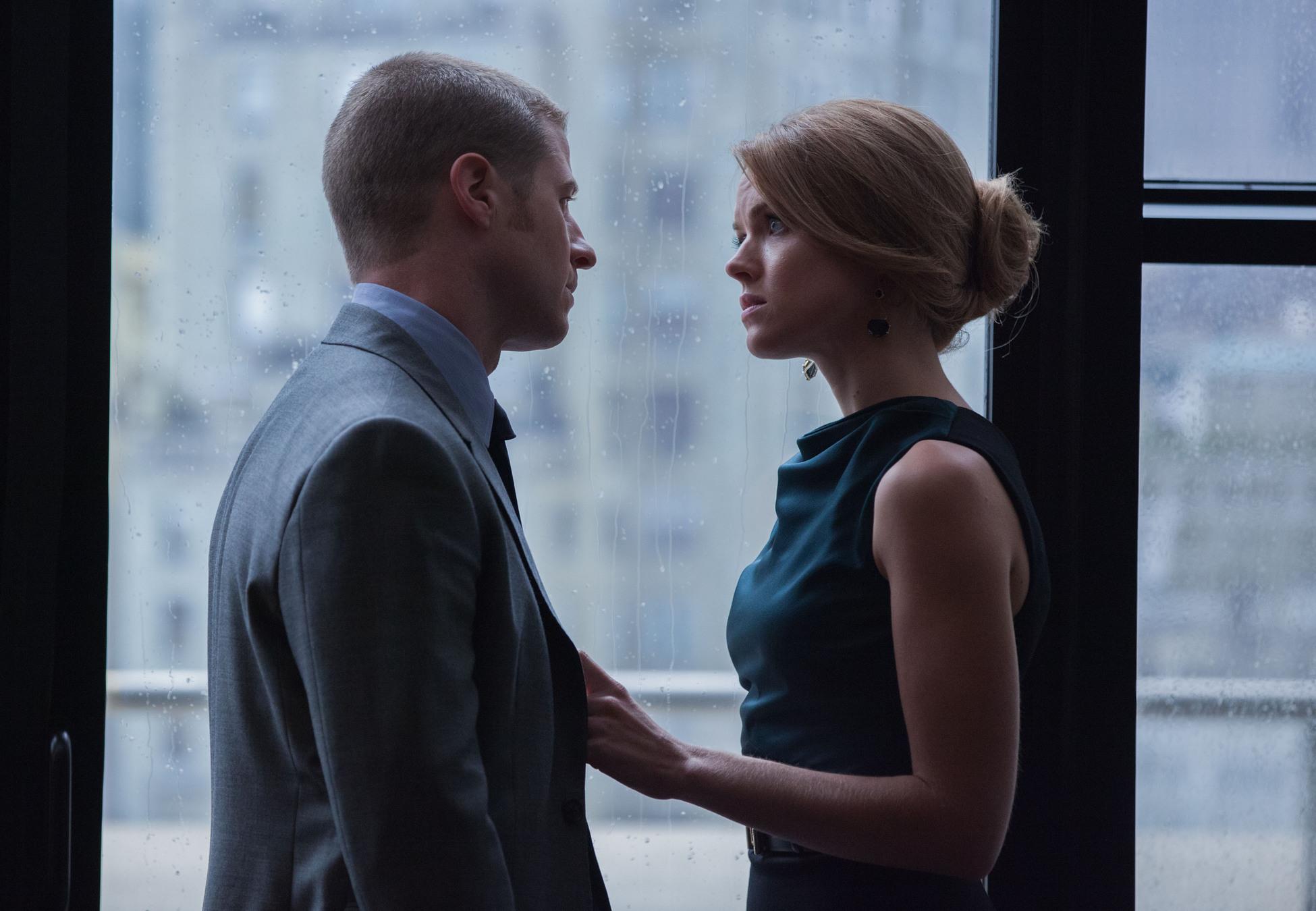 Gotham: Ben McKenzie ed Erin Richards in una scena dell'episodio Spirit Of The Goat