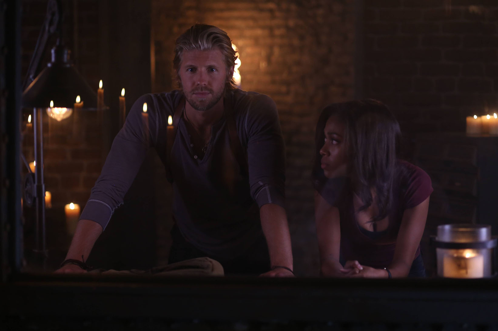 Sleepy Hollow: Matt Barr e Nicole Beharie in una scena di And The Abyss Gazes Back