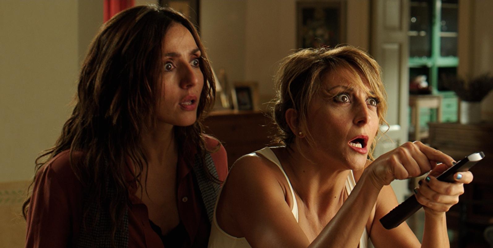 Un natale stupefacente: Ambra Angiolini e Paola Minaccioni in una scena