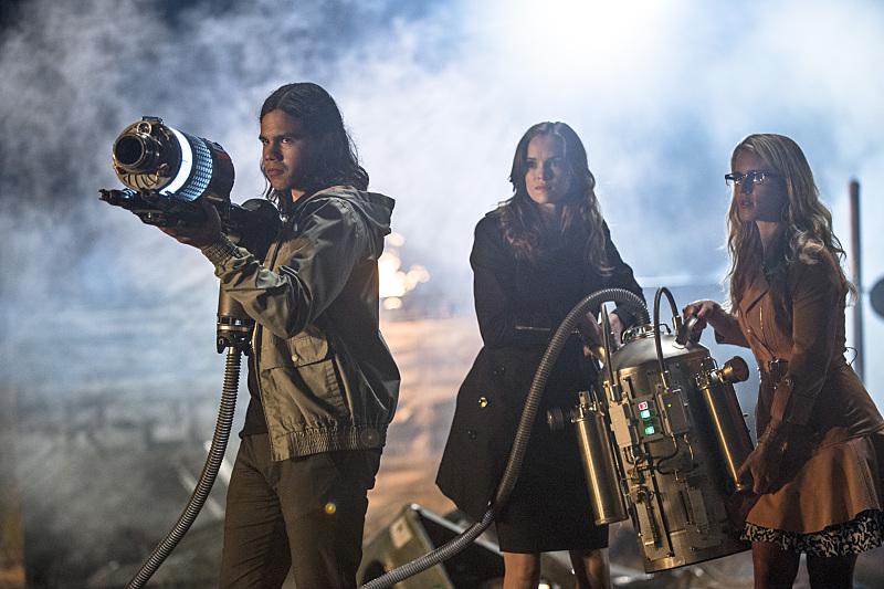 The Flash: Carlos Valdes, Danielle Panabaker ed Emily Bett Rickards nella puntata intitolata Going Rogue